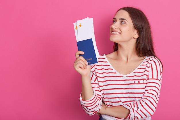 Plan horizontal de femme souriante à la mode moderne portant une chemise rayée