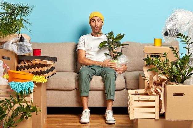 Plan horizontal d'un jeune homme élégant surpris d'avoir une si grande maison