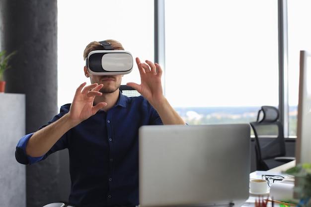 Plan d'un ingénieur portant un casque vr dans un nouveau bâtiment. changez votre façon de voir et d'expérimenter le monde.