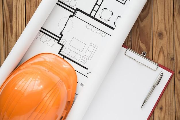 Plan d'ingénieur vue de dessus sur fond de bois