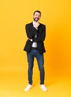 Plan intégral d'homme d'affaires sur fond jaune isolé souriant
