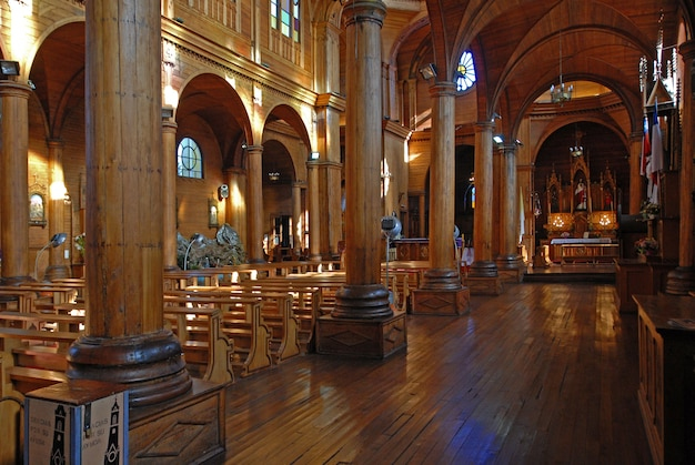 Plan intérieur d'une église vide