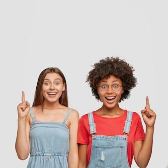 Plan intérieur de jolies jeunes femmes ont des expressions faciales satisfaites