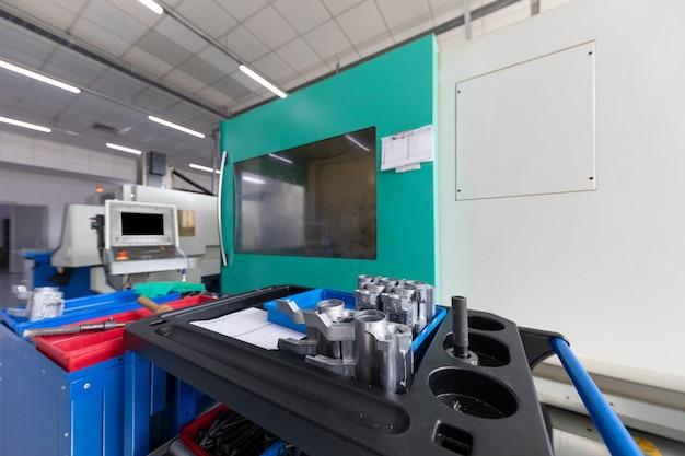 Un plan intérieur de la production d'une ligne de pièces métalliques dans une usine moderne
