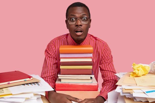 Plan d'un jeune homme noir qui a peur d'un regard inquiet, surpris d'entendre une rumeur choquante, a fait une pause après avoir travaillé au bureau