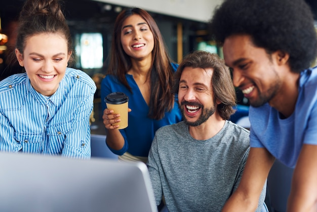 Plan de jeunes collègues partageant des concepts ensemble
