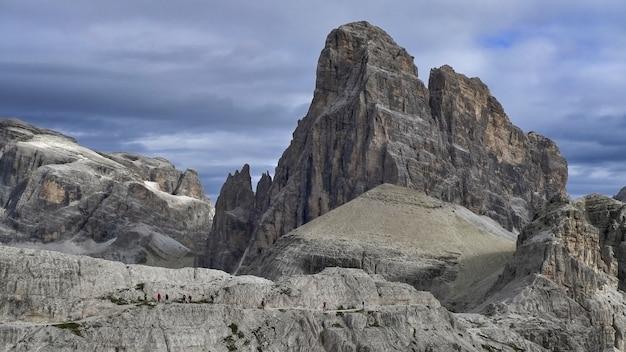 Plan large de falaises rocheuses sous un ciel bleu