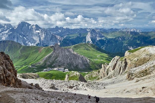 Plan large des montagnes des dolomites