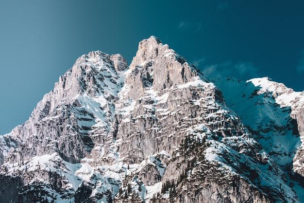 Plan large d'une partie d'une chaîne de montagnes en dessous en hiver