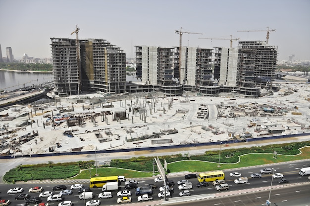 Plan lointain d'une zone urbaine avec des voitures dans la rue et des immeubles élevés