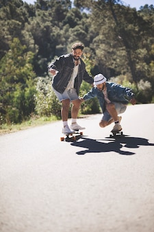 Plan long d'amis faisant de la planche à roulettes