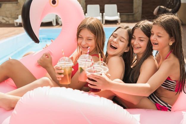 Plan long de filles portant un toast les unes aux autres