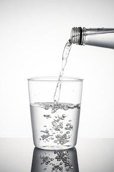Plan macro sur l'eau qui coule dans un verre