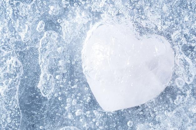 Plan macro sur une pierre en forme de coeur recouvert de glace