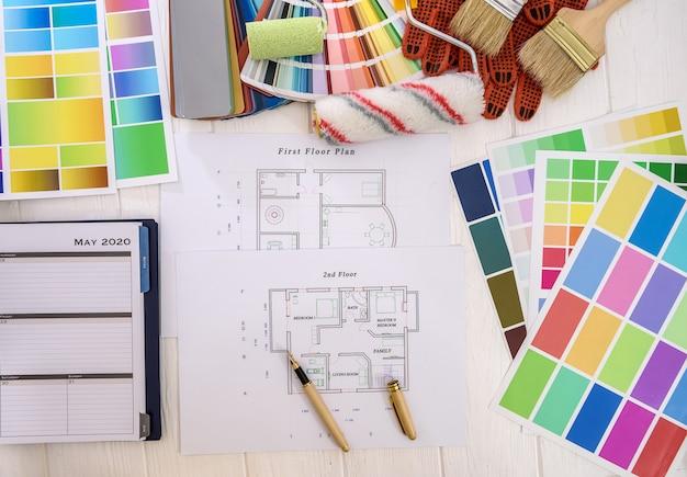 Plan de la maison avec palette de couleurs et outils de peinture