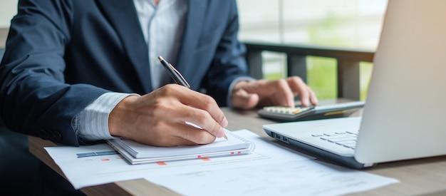Plan de marketing d'analyse d'homme d'affaires