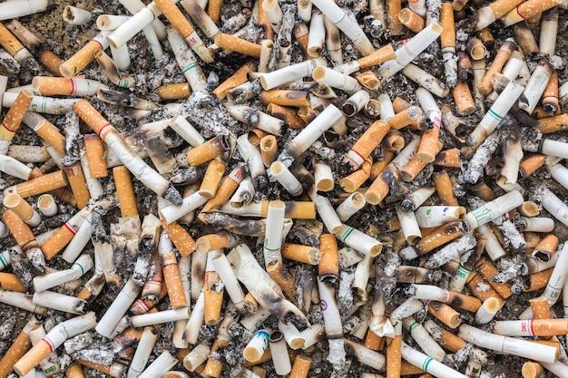 Plan de mégots de cigarettes sales dans un cendrier