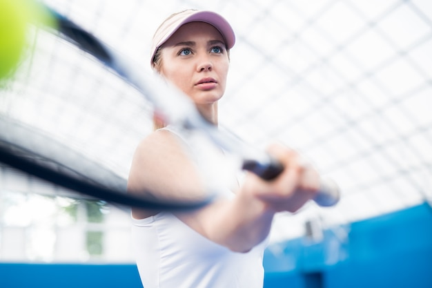 Plan motivationnel d'une femme jouant au tennis