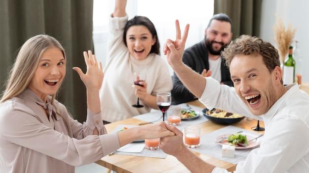 Plan moyen amis heureux à l'intérieur