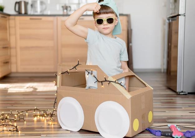 Plan moyen cool kid avec voiture