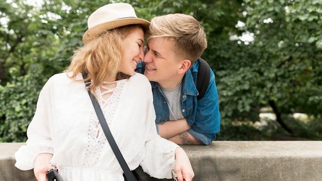 Plan moyen, couple, passer temps, ensemble