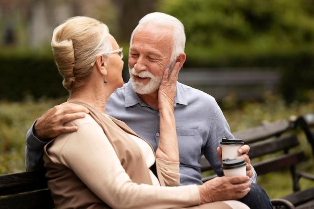Plan moyen détente couple de personnes âgées