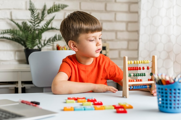 Plan moyen, enfant, apprentissage, comptage