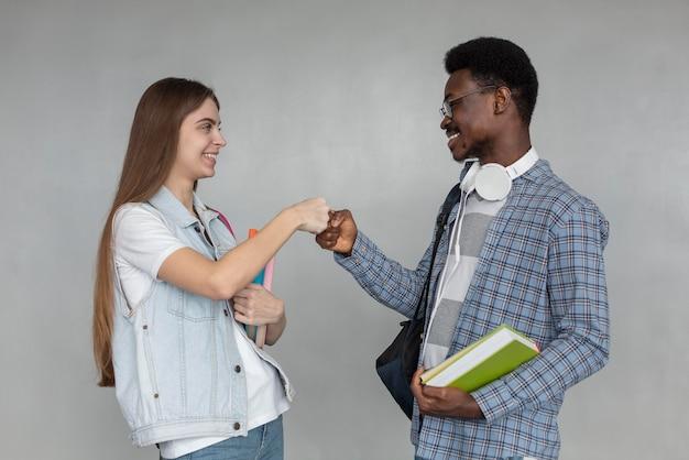 Plan moyen étudiants heureux