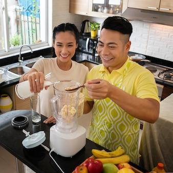 Plan Moyen En Famille Cuisinant Ensemble Photo gratuit