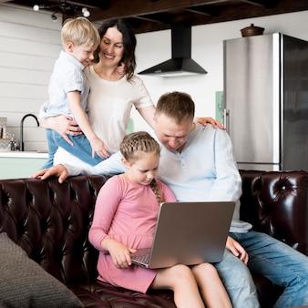 Plan moyen, famille heureuse, intérieur