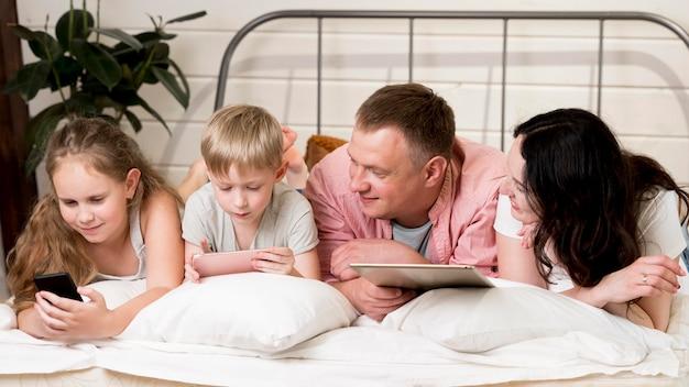 Plan moyen, famille, pose, oreillers