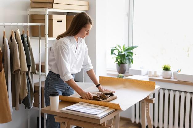 Plan moyen femme à l'aide de papier d'emballage