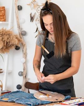 Plan Moyen Femme à L'aide De Peinture Photo Premium