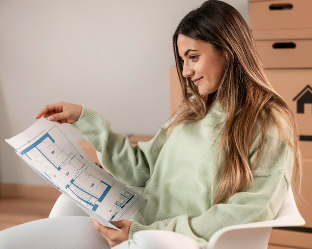 Plan moyen femme assise sur une chaise avec des plans