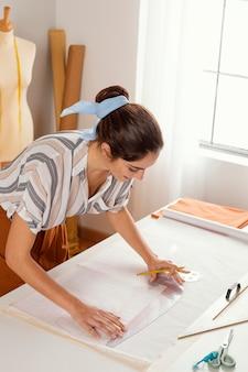 Plan moyen femme à l'atelier