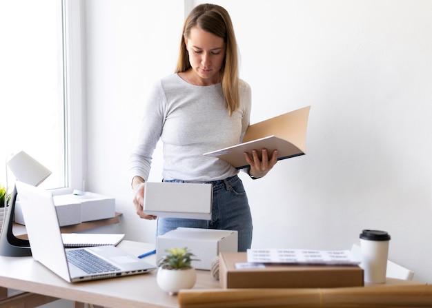 Plan moyen femme avec document