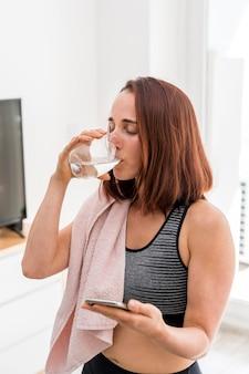 Plan moyen femme eau potable
