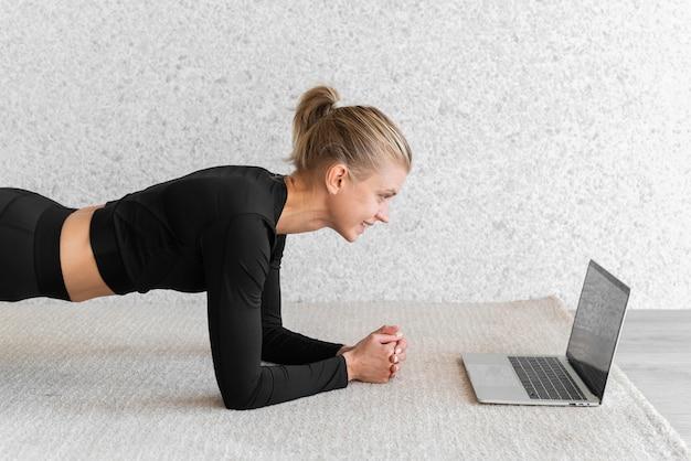 Plan moyen femme faisant planche