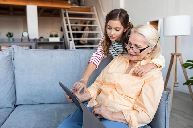 Plan moyen femme et fille avec tablette