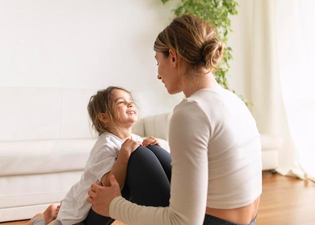 Plan moyen femme et fille travaillant