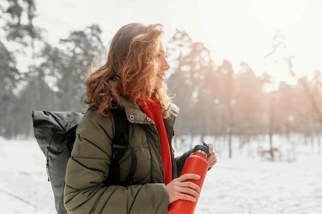 Plan moyen femme forêt randonnée