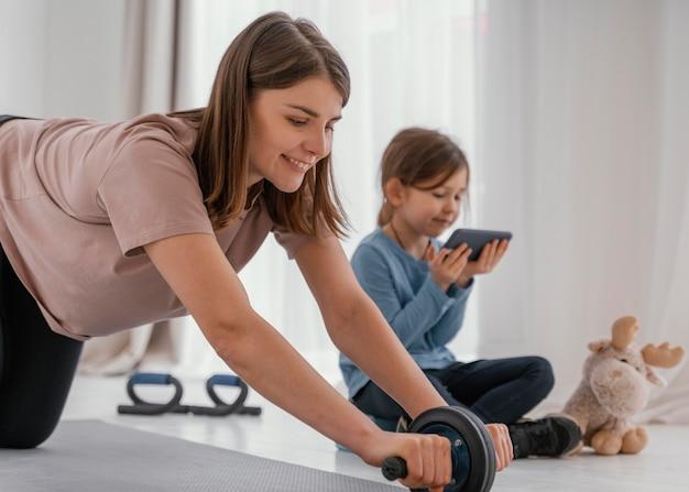 Plan moyen femme formation à la maison