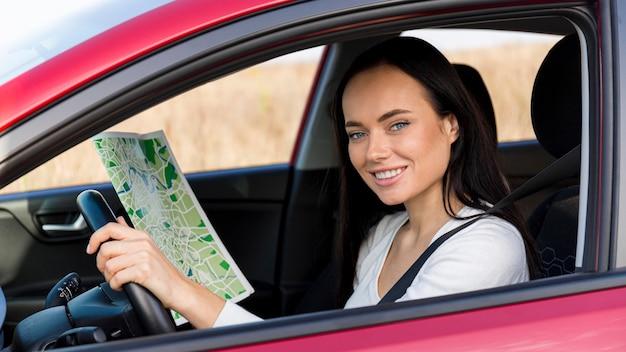 Plan moyen femme heureuse au volant