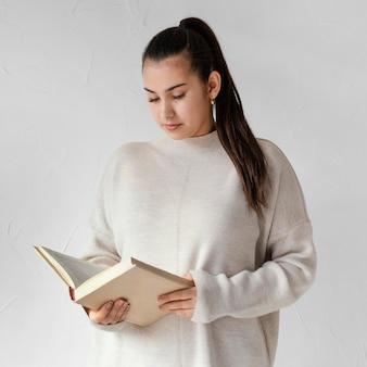 Plan moyen femme lisant à l'intérieur