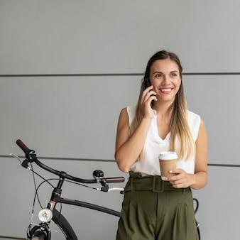 Plan moyen femme parlant au téléphone