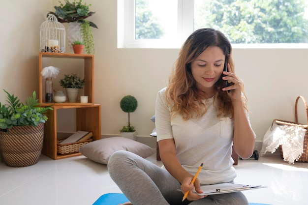 Plan moyen femme sur plancher de travail