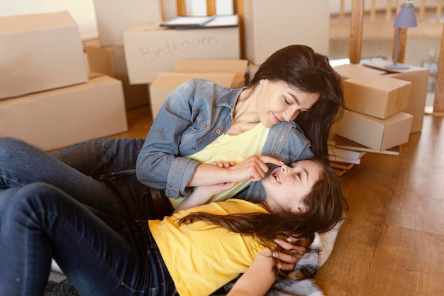 Plan moyen femme pose avec enfant