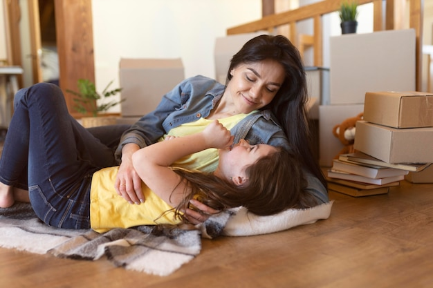 Plan moyen femme pose avec fille