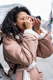 Plan moyen femme prenant des photos