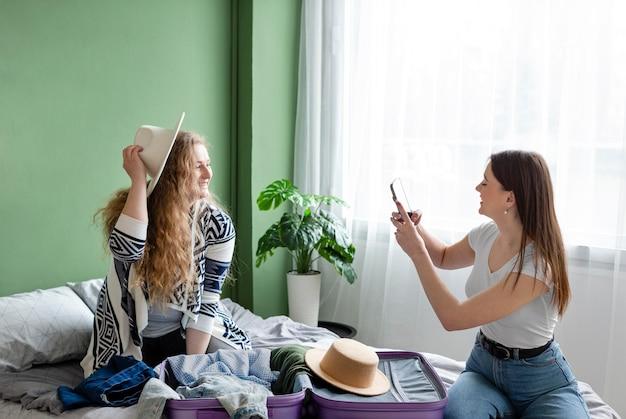 Plan Moyen Femme Prenant Des Photos Photo gratuit